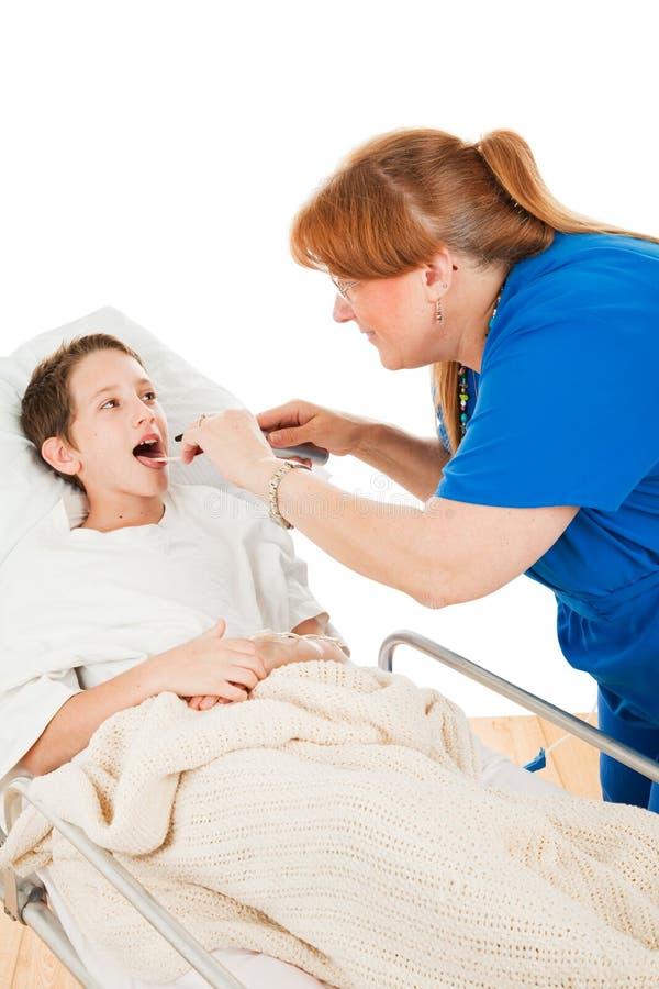 Krankenschwester schaut in der Childs Kehle lizenzfreie stockfotos