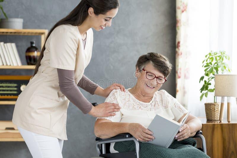 Krankenschwester Taking Care des Seniors lizenzfreie stockbilder