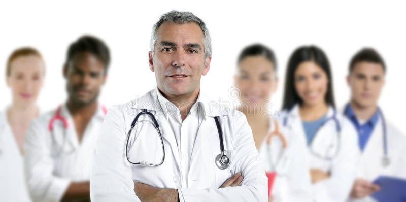 Krankenschwester-Teamreihe des Sachkenntnisdoktors gemischtrassige stockfotos