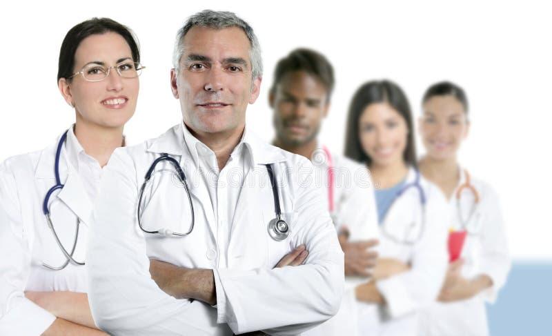 Krankenschwester-Teamreihe des Sachkenntnisdoktors gemischtrassige stockfoto