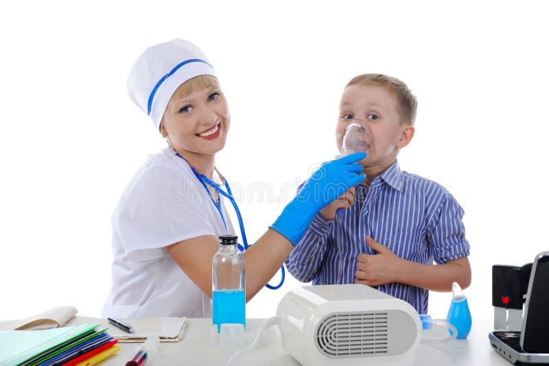 Krankenschwester und der kleine Patient. lizenzfreie stockbilder