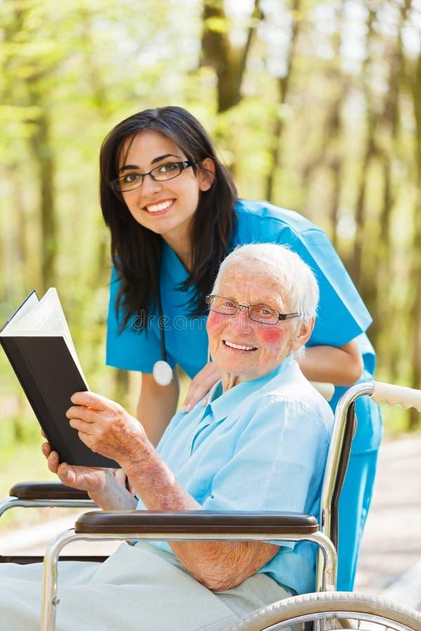 Krankenschwester-und Patienten-Lesung lizenzfreies stockbild