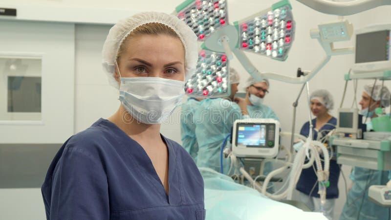 Krankenschwesterhaltungen am Chirurgieraum lizenzfreie stockfotografie