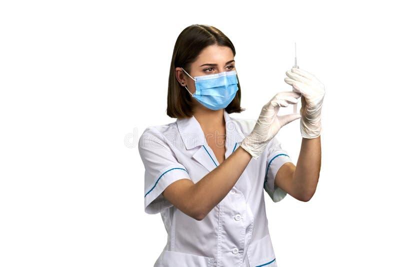 Krankenschwesterholdingspritze mit Einspritzung lizenzfreie stockbilder