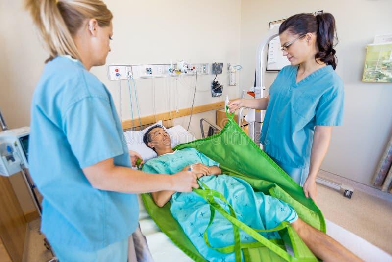 Krankenschwestern, die Patienten vor der Übertragung er vorbereiten lizenzfreies stockbild