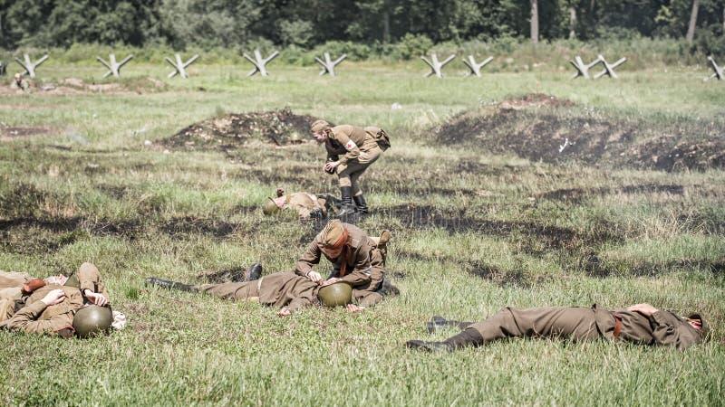 Krankenschwestern, die verletzte Soldaten behandeln lizenzfreies stockfoto