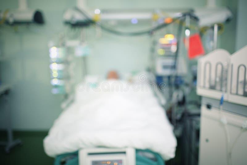 Krankenstation mit sterbendem Patienten, unfocused Hintergrund lizenzfreie stockbilder