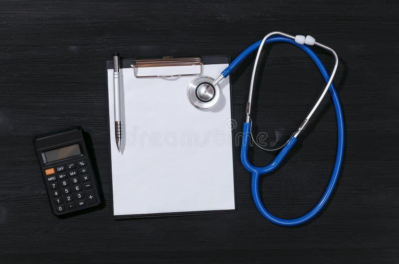 Krankenversicherungs-Kostenberechnung stockbilder