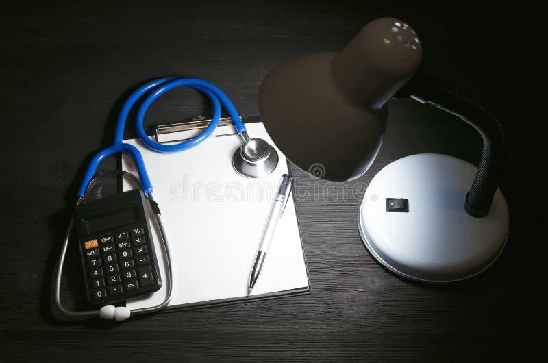 Krankenversicherungs-Kostenberechnung lizenzfreie stockbilder