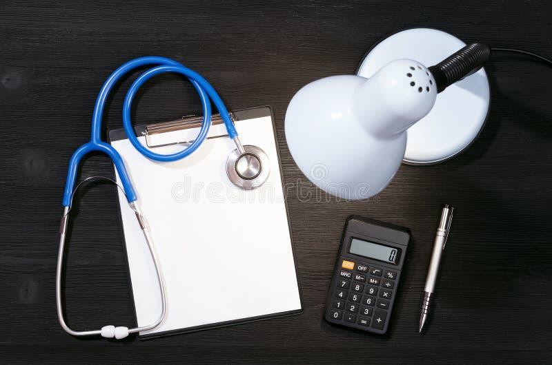 Krankenversicherungs- oder Behandlungskostenberechnungsform stockfotos