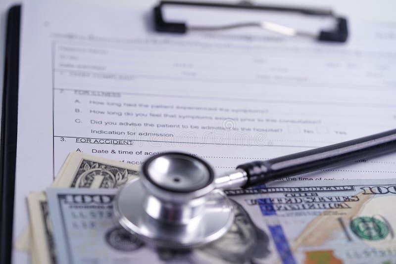 Krankenversicherungs-Unfall-Antragsformular mit Stethoskop- und Dollar-Banknoten, medizinisches Konzept lizenzfreie stockfotos