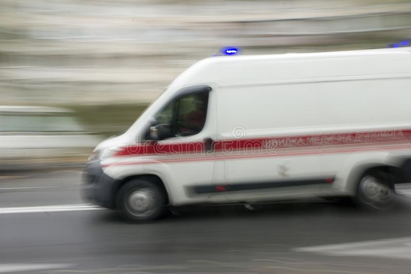 Krankenwagen in der Stadt stockfoto
