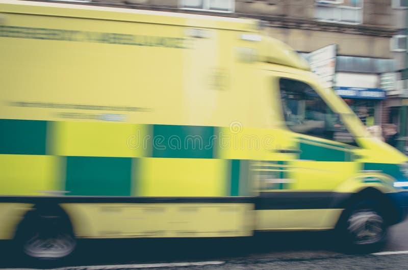 Krankenwagen, der zum Unfall - abstrakter Bewegungsunschärfeschuß beschleunigt stockfoto