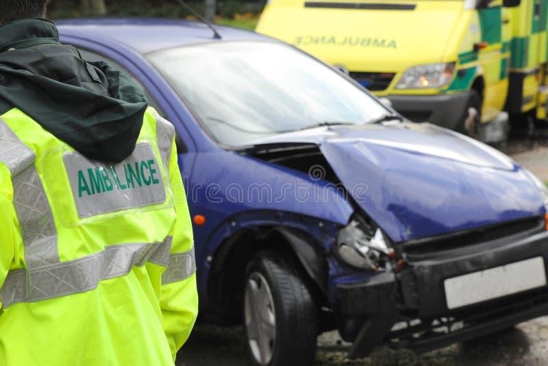 Krankenwagen an einem Autozertrümmern lizenzfreies stockbild