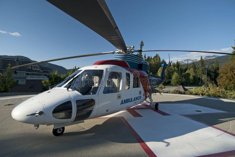 Krankenwagen-Hubschrauber in den Bergen stockbild