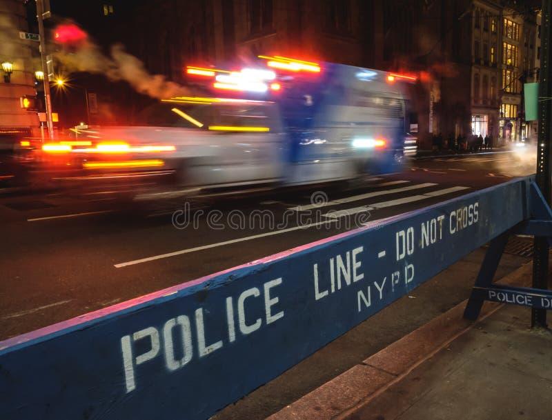 Krankenwagen mit voller Geschwindigkeit in New York City stockbild