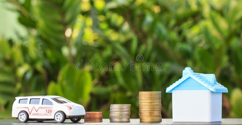 Krankenwagen und Haus auf Münze auf Hintergrund lizenzfreies stockfoto