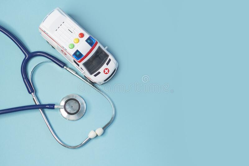 Krankenwagen und Stethoskop auf blauem Grund Gesprächsanweisung an den Arzt zu Hause lizenzfreie stockfotos