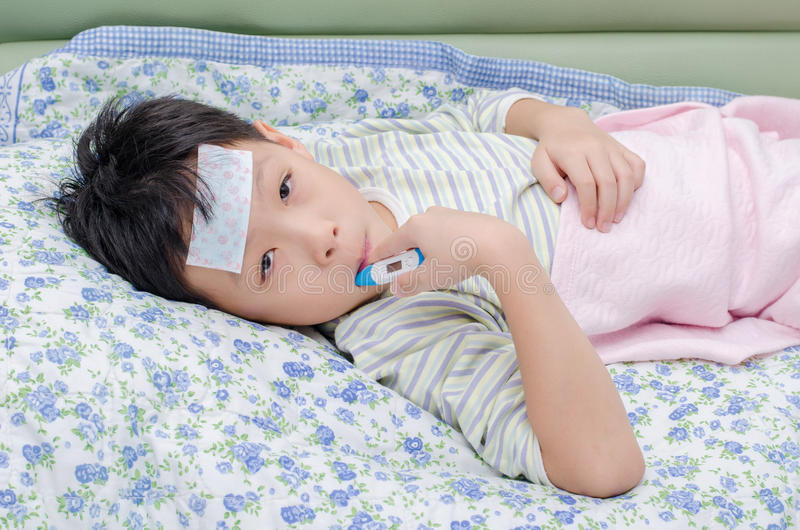 Kranker junge auf sofa mit thermometer im mund stockfoto for Sofa asiatisch