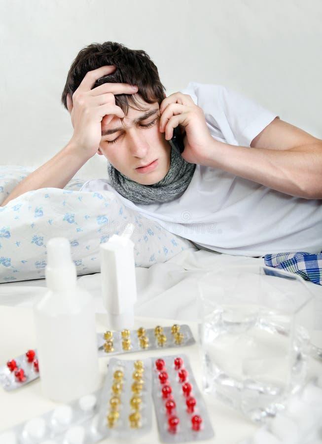 Kranker junger Mann mit Grippe stockfotos