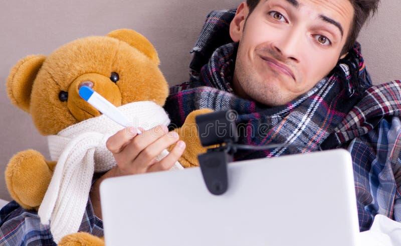 Kranker Mann, der unter Grippe im Bett leidet stockbild