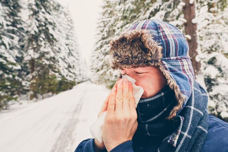 Kranker Mann in der Winternatur stockfoto