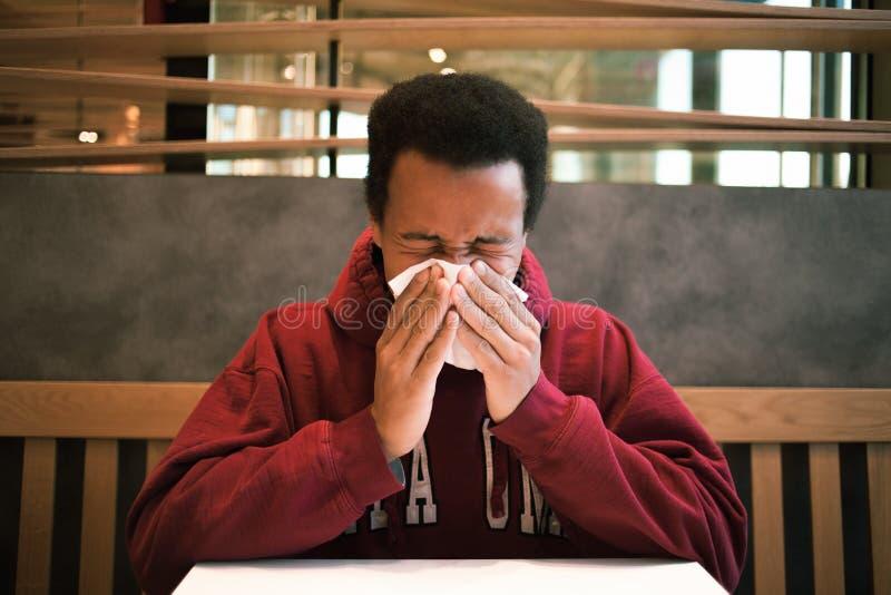 Kranker schwarzer Mann im Café stockbilder