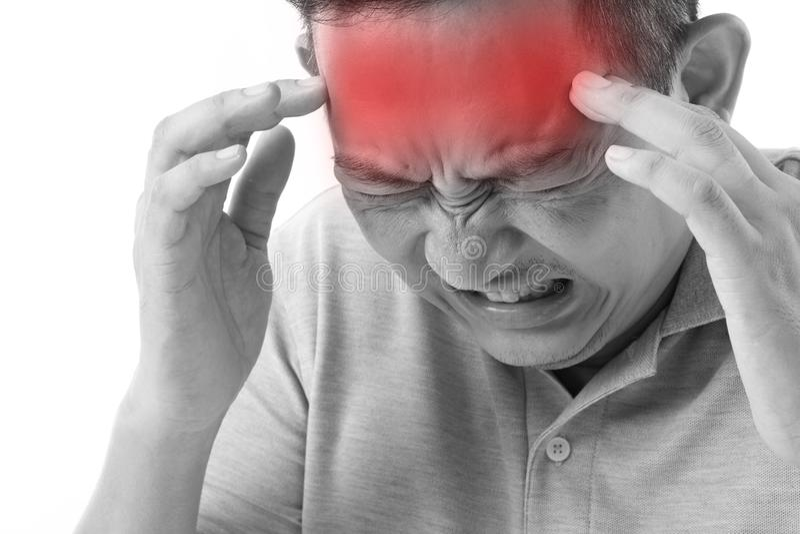 Kranker, stressiger Mann, der unter Kopfschmerzen, Migräne leidet stockbilder