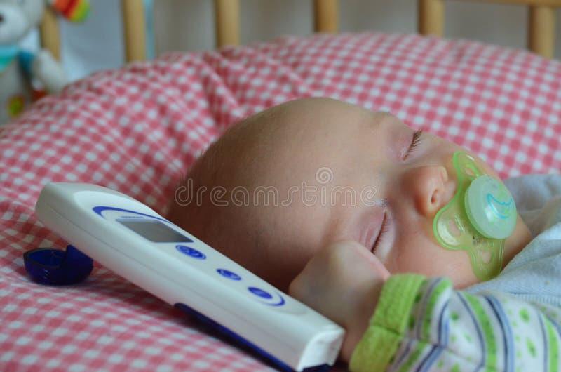 Krankes Baby hat einen Rest im Feldbett stockfoto