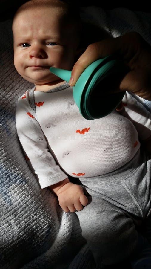 Krankes Baby und Nasen-Reiniger lizenzfreie stockfotografie