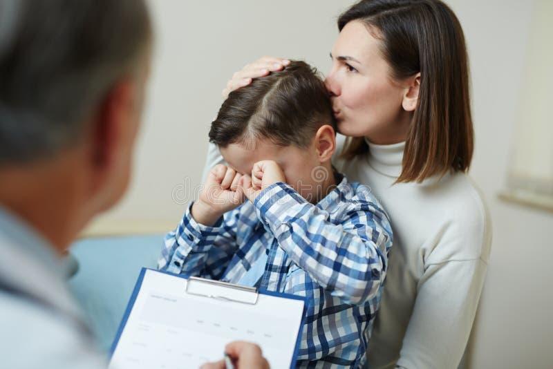 Krankes Jungenschreien stockbilder