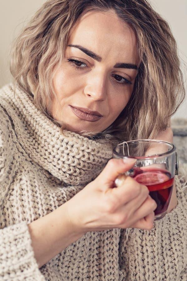 Krankes Mädchen mit Temperatur Kopfschmerzen grippe Frau abgefangene Kälte VI lizenzfreies stockbild