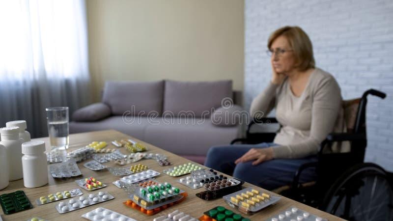 Krankes weibliches Gefühl im Ruhestand einsam und unbrauchbar im Pflegeheim, Probleme des hohen Alters lizenzfreie stockbilder