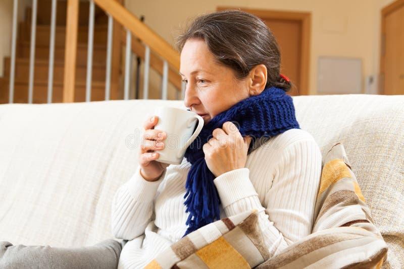 Krankheitsfrau im warmen Schal lizenzfreie stockfotos