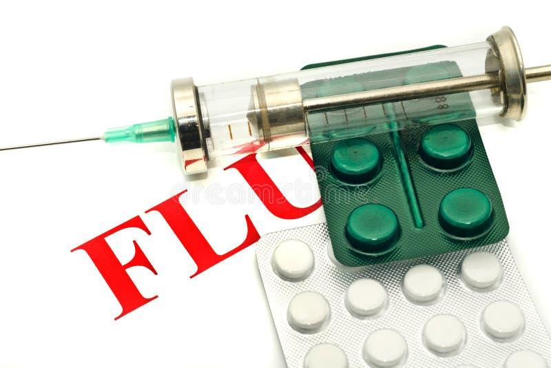 Krankheitwarnung - Pillen und Spritze über Weiß lizenzfreie stockfotos
