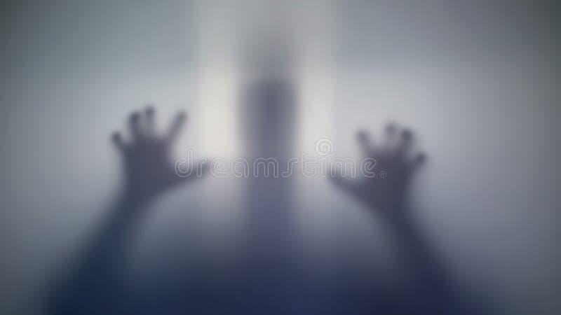 Krankzinnig persoonssilhouet die zijn slachtoffer, vreemd schepsel, gekke mensen bang maken stock fotografie