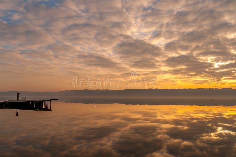 Krankzinnige wolkenbezinningen bij de Fjord van Vejle stock afbeelding