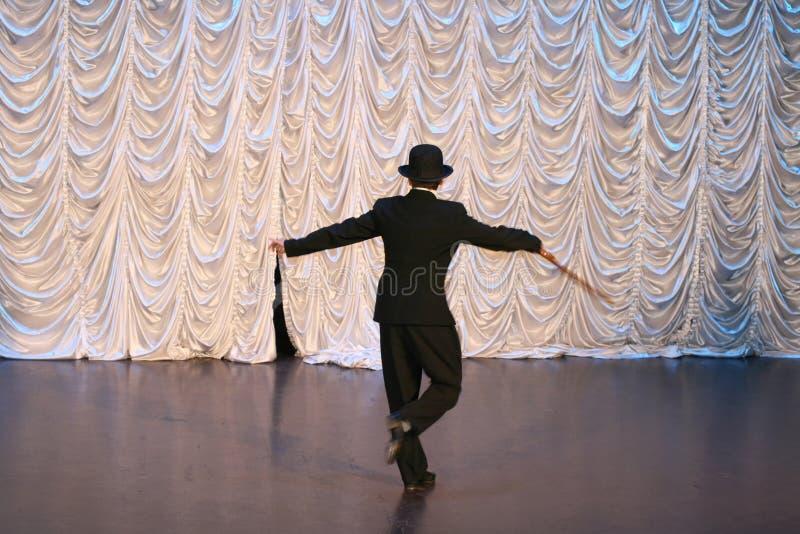 Kranowy taniec z trzciną w czarnym kapeluszu Tana krok Mężczyzna tanczy na scenie zdjęcie stock