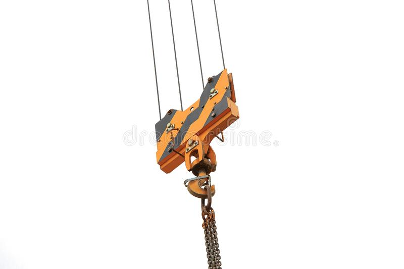 Kranpåfyllningkrok mot himlen med slingor och kedjan royaltyfri fotografi