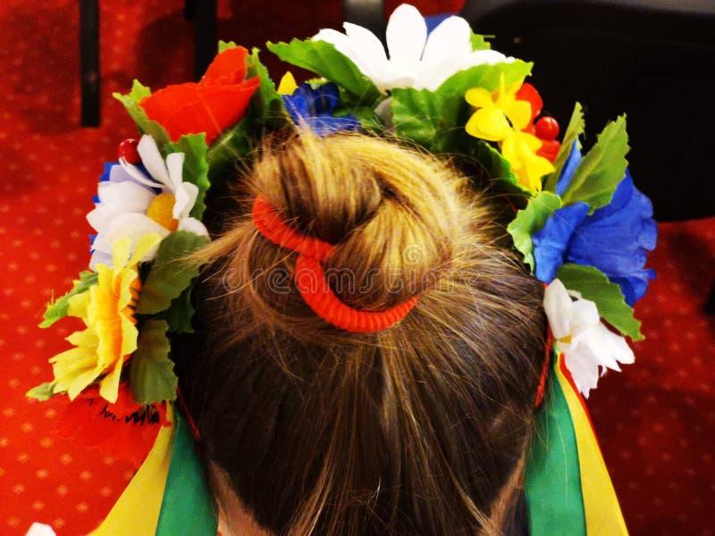 Krans av blommor p? huvudet av en flicka royaltyfria foton