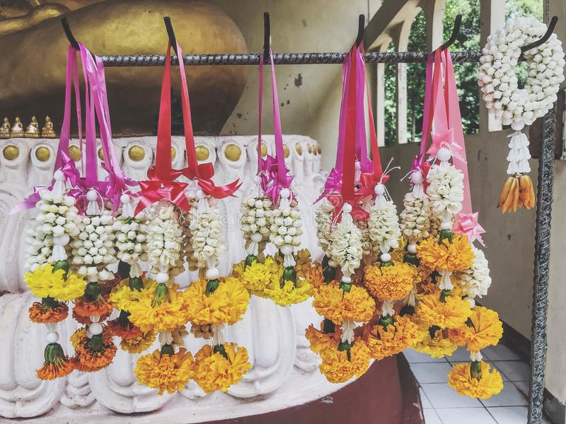 Krans av vitt, lönrespekt till Buddha royaltyfri foto