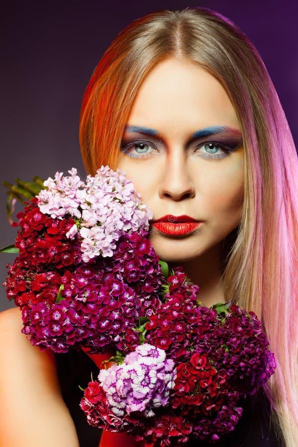 Krans för blomma för skönhetkvinnawithwith. Yrkesmässig makeup och hai royaltyfria foton
