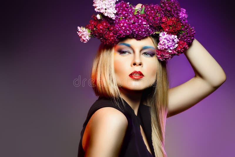 Krans för blomma för skönhetkvinnawithwith. Yrkesmässig makeup och hai arkivbilder