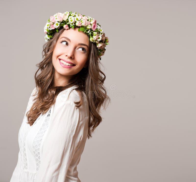 Krans för blomma för vår för ursnygg brunettkvinna bärande royaltyfri foto
