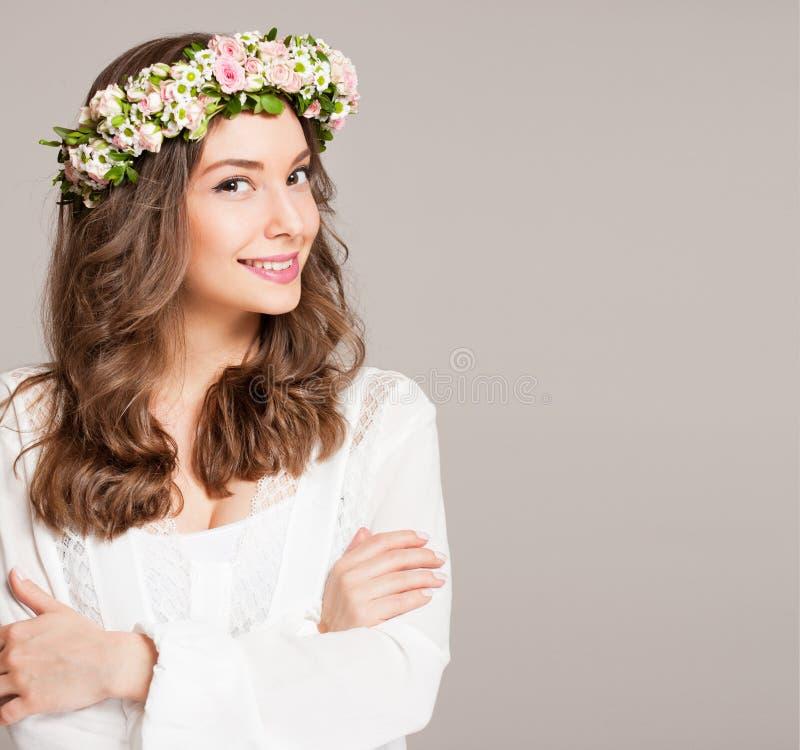 Krans för blomma för vår för ursnygg brunettkvinna bärande royaltyfria bilder