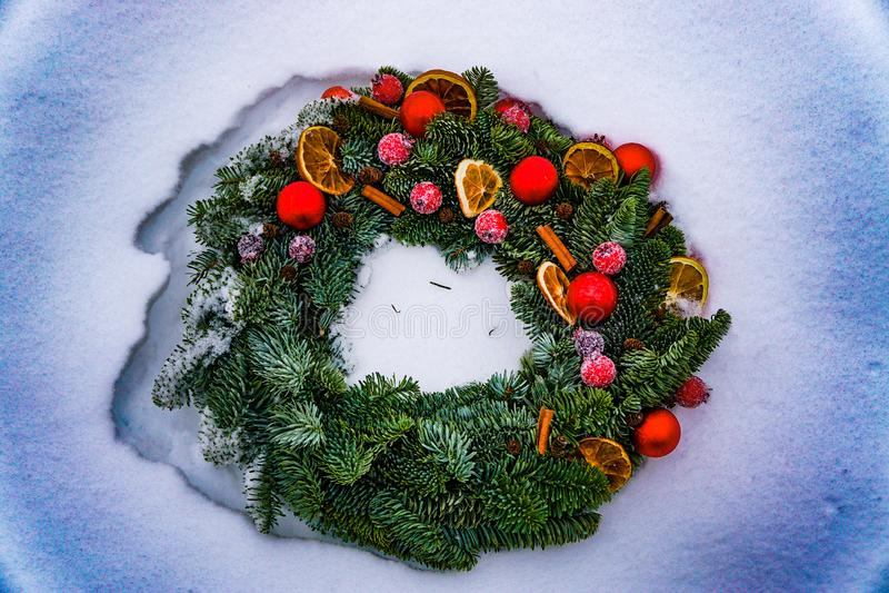 Krans för vinterjulbarrträd på snö arkivfoto