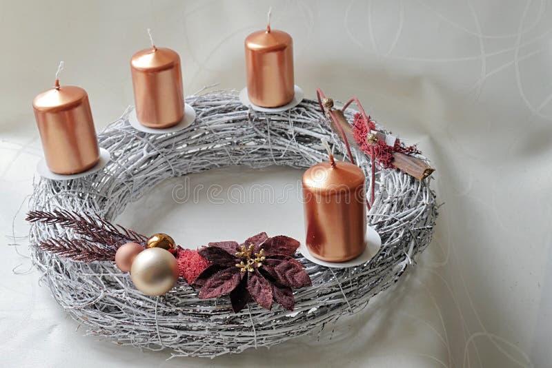 Kransen för silvergnäggande-arbete adventen med brons färgade stearinljus och christmassgarnering royaltyfri fotografi