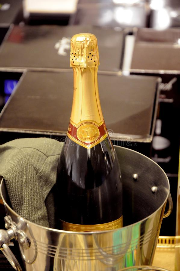 Kranskage ed esposizione del champagne per la vendita del nuovo anno fotografie stock libere da diritti