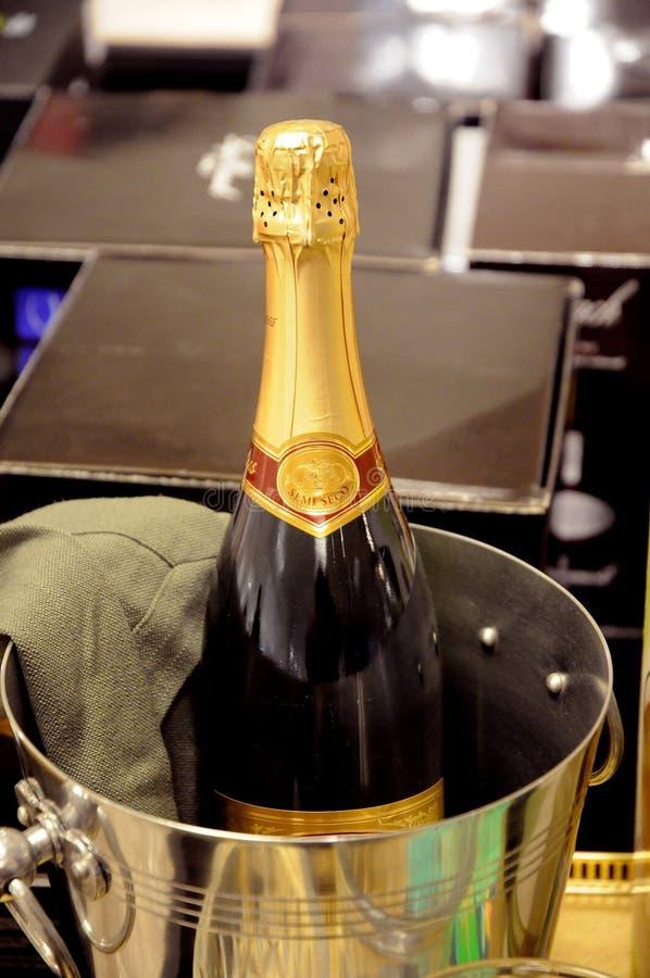 Kranskage en champagnevertoning voor nieuwe jaarverkoop royalty-vrije stock foto's