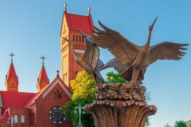 Kranspringbrunn på självständighetfyrkanten nära den röda kyrkan fotografering för bildbyråer